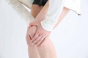 膝痛の辛い症状に悩む女性