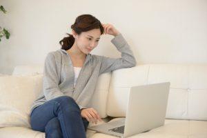 足を組む癖は腰に負担が掛かり腰痛の原因になります