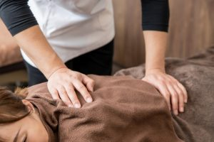 頭部の位置を調整する施術で頭痛だけでなく姿勢も改善します