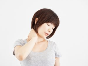 首こりの辛い症状に悩む女性