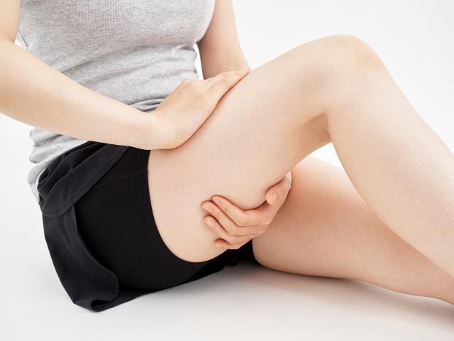 坐骨神経が圧迫されることで痛みや痺れが起こります