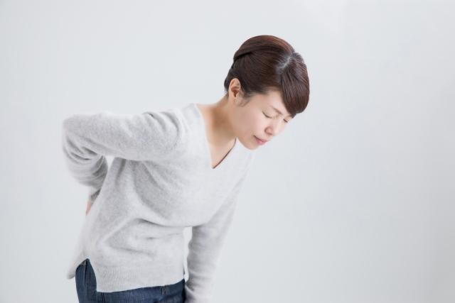 脊柱管狭窄症の辛い症状に悩む女性